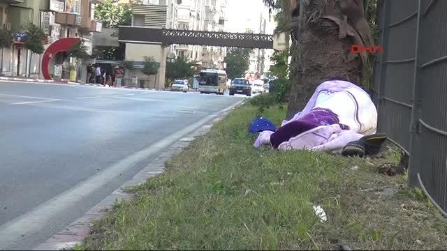 Antalya'nın göbeğinde refüjünde uykuya daldı