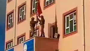 Derik'te teröristlerin indirdiği Türk bayrağı göndere çekildi
